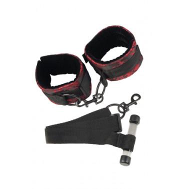 Фиксация на дверь с наручниками Scandal Over the Door Cuffs в атласе черно-красная